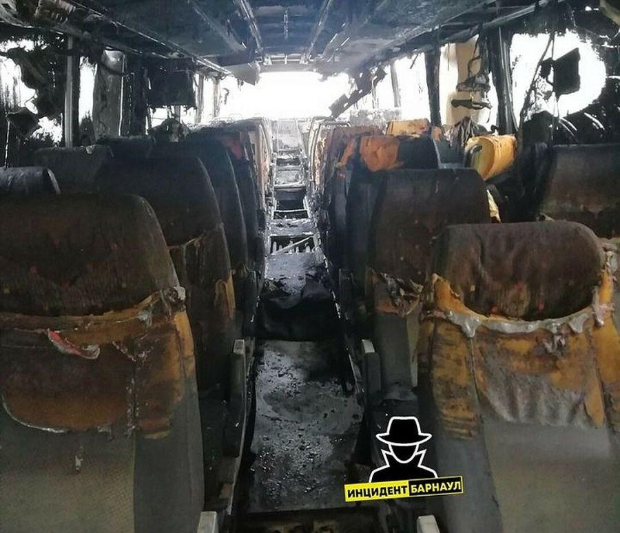 Автобус, следовавший из Бийска в Новосибирск, полностью выгорел на трассе