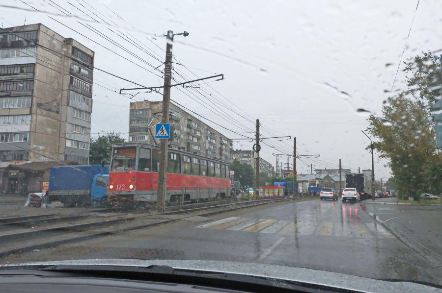 Не разошлись: трамвай столкнулся с иномаркой в районе Табачки