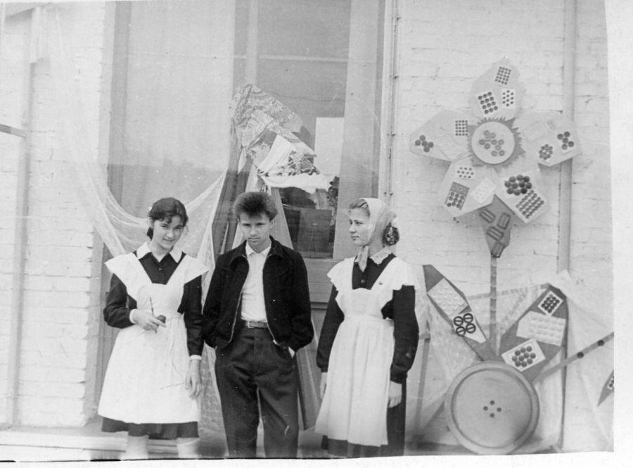 У витрины магазина «Детский мир», конец 70-х годов