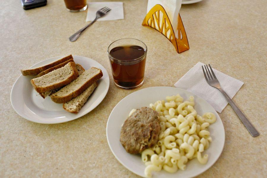 Чем кормят в школьных столовых Бийска, и сколько это стоит