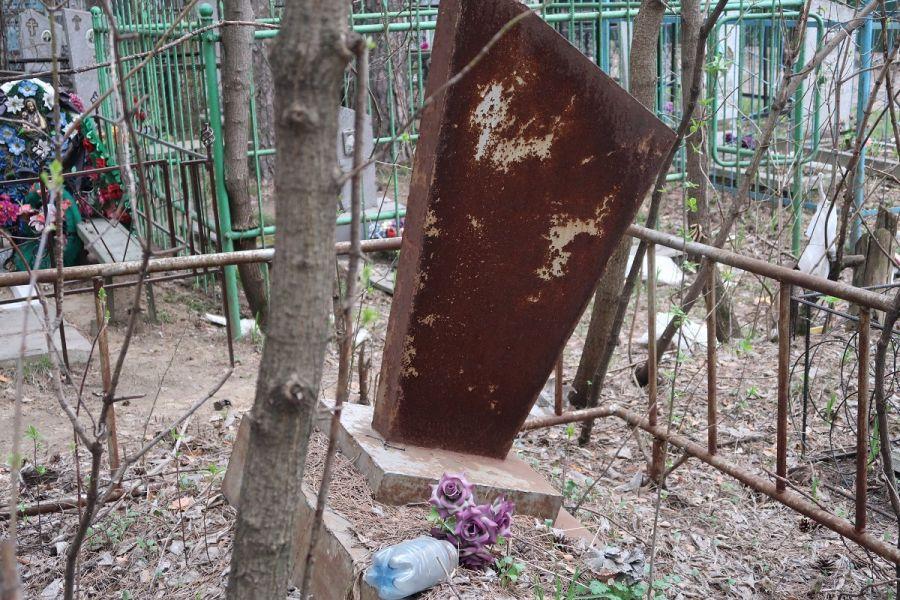 Могил не видно: бийчане пожаловались на неубранные от мусора городские кладбища