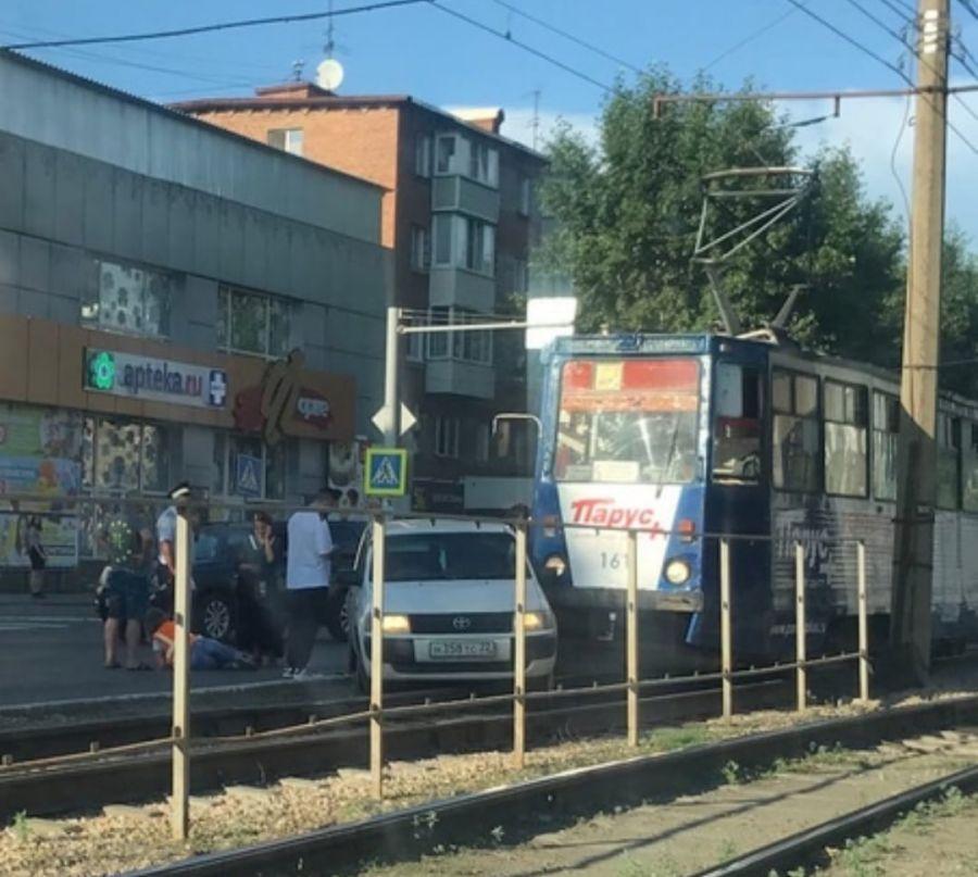 В двойном ДТП с трамваем в Бийске женщина получила серьезные травмы ног