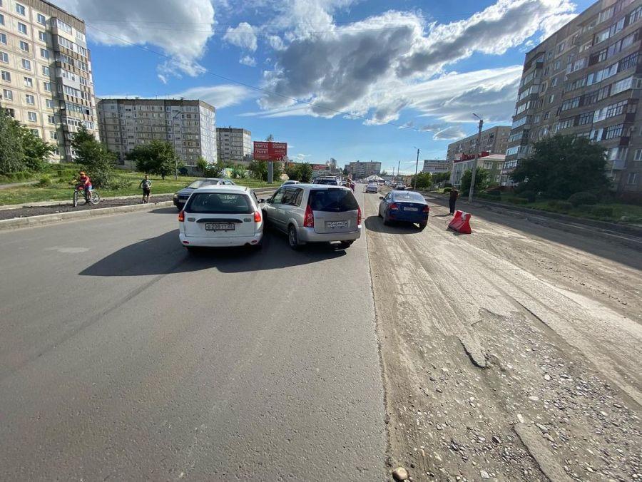 На свежем асфальте улицы Советской в Бийске два водителя не поделили полосы