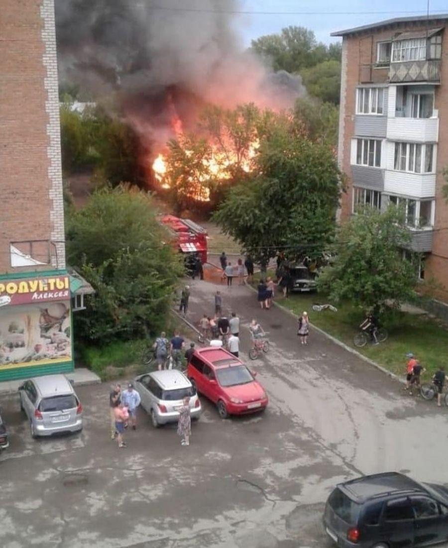 В поселке Сорокино сильный пожар уничтожил старые сараи времен СССР