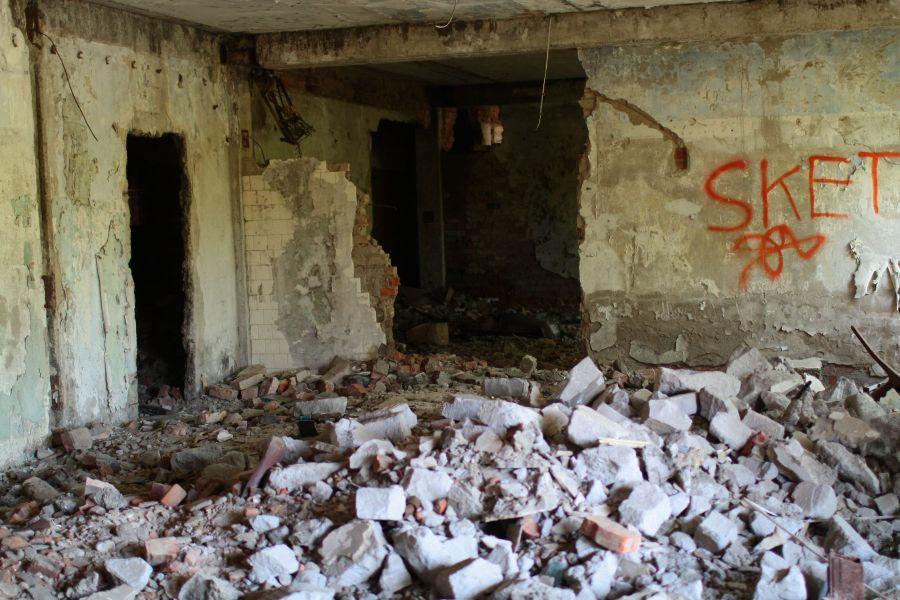 Бийчане опасаются за жизни детей, играющих в заброшенном здании