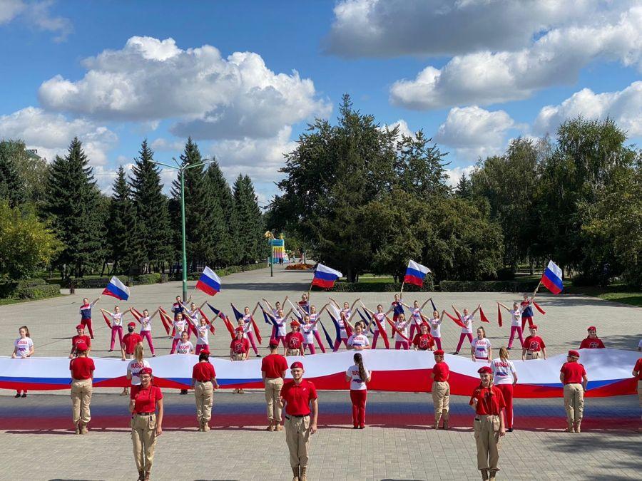 Видео: два красивых флешмоба провели в Бийске в честь Дня Российского флага