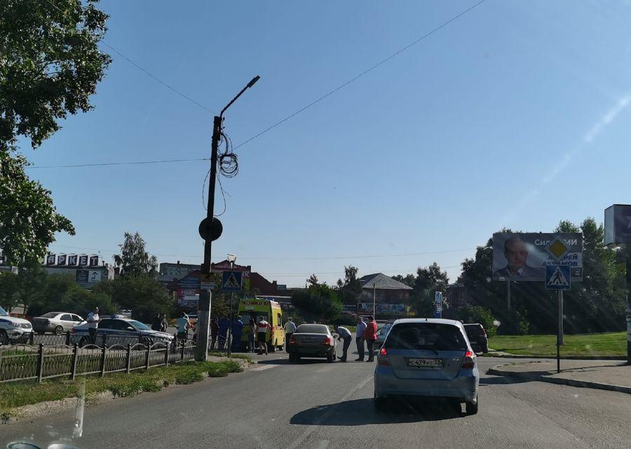 Очевидцы сообщают, что в Бийске сбили двух девочек на пешеходнике у АТС-4