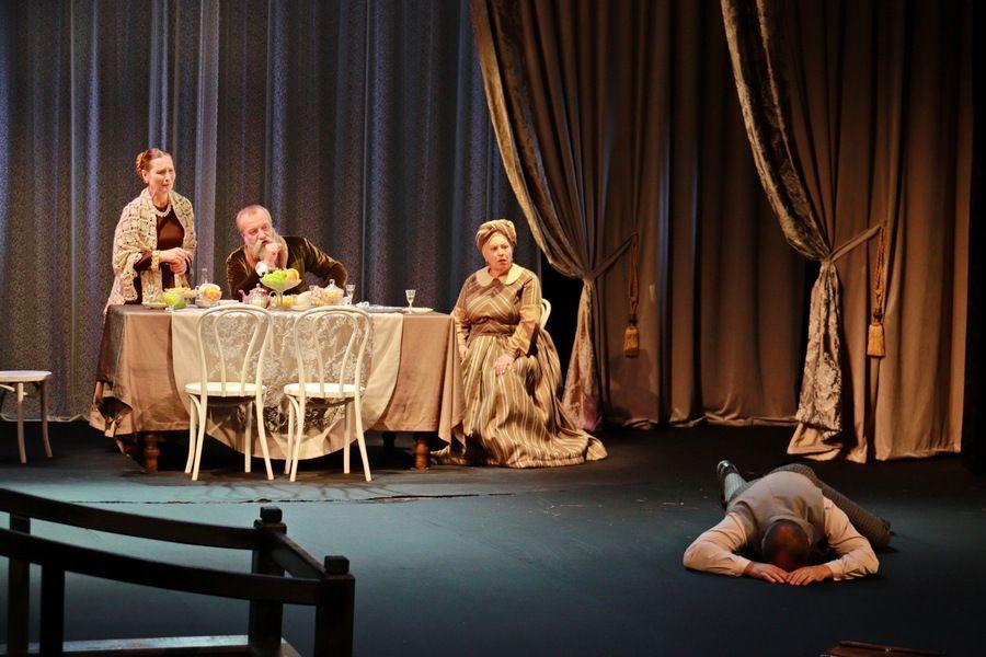 Островский и Бобровский: в Бийске поставили пьесу, от которой плакать хочется