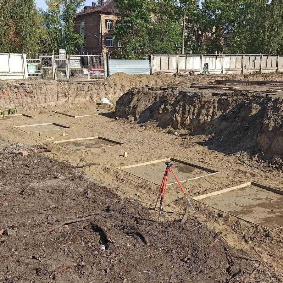 На «Прогрессе» в Бийске делают дорожки для бега и фундамент под крытый каток