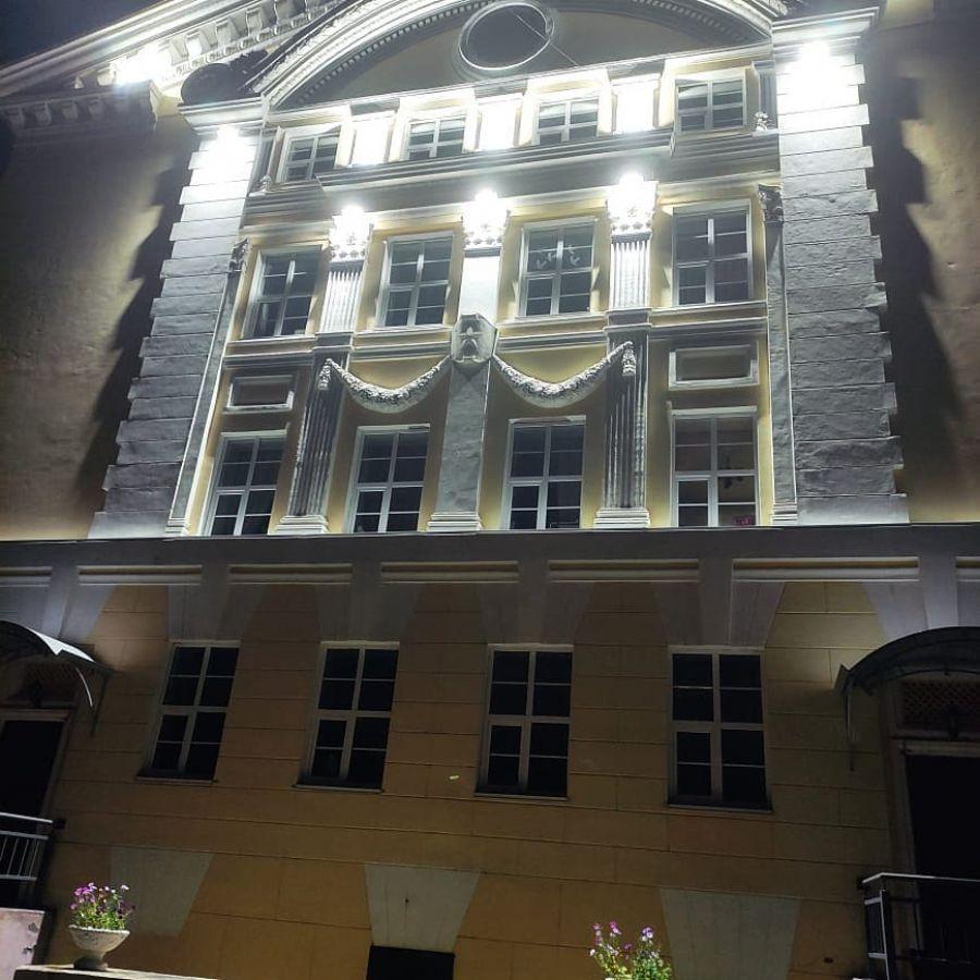 Впервые засветился: в бийском Дворце культуры сделали подсветку здания
