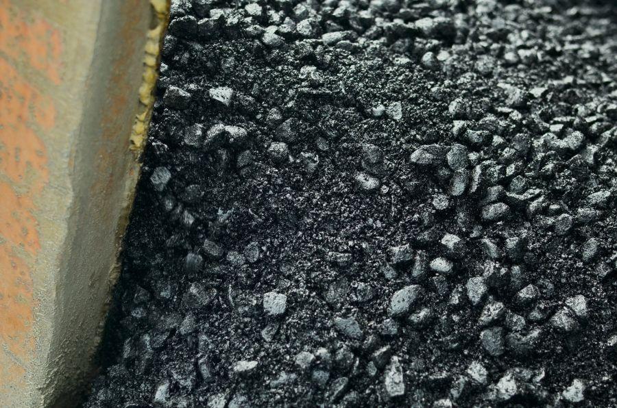 Асфальтовой крошкой засыпают дорожки: в Бийске завершается сезон ремонта