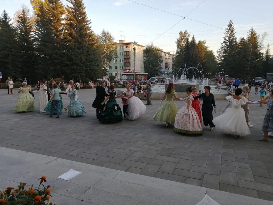 Как в настоящем дворце: в Бийске на площади ГДК обучали старинным танцам