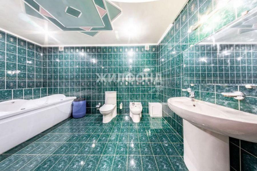 В Бийске продают квартиру-студию площадью более 100 кв. метров