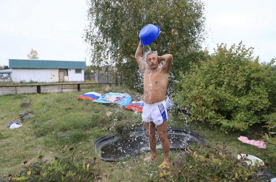 Алтайский «морж» пришёл на выборы в одних шортах и облился водой