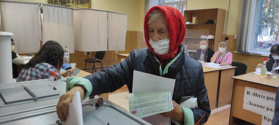 И стар, и млад: кто посетил избирательные участки в Бийске в третий день выборов