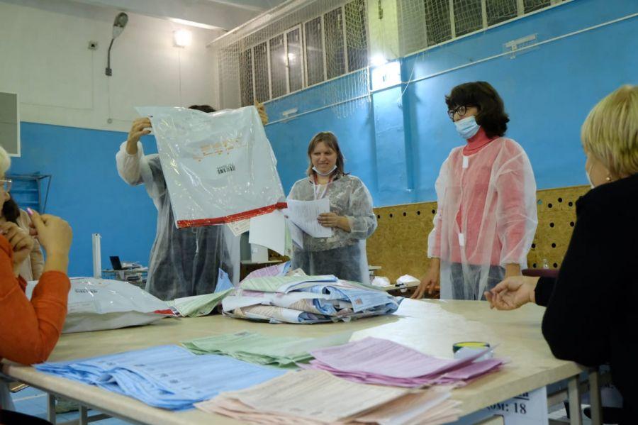 На избирательных участках Бийска идет подсчет голосов