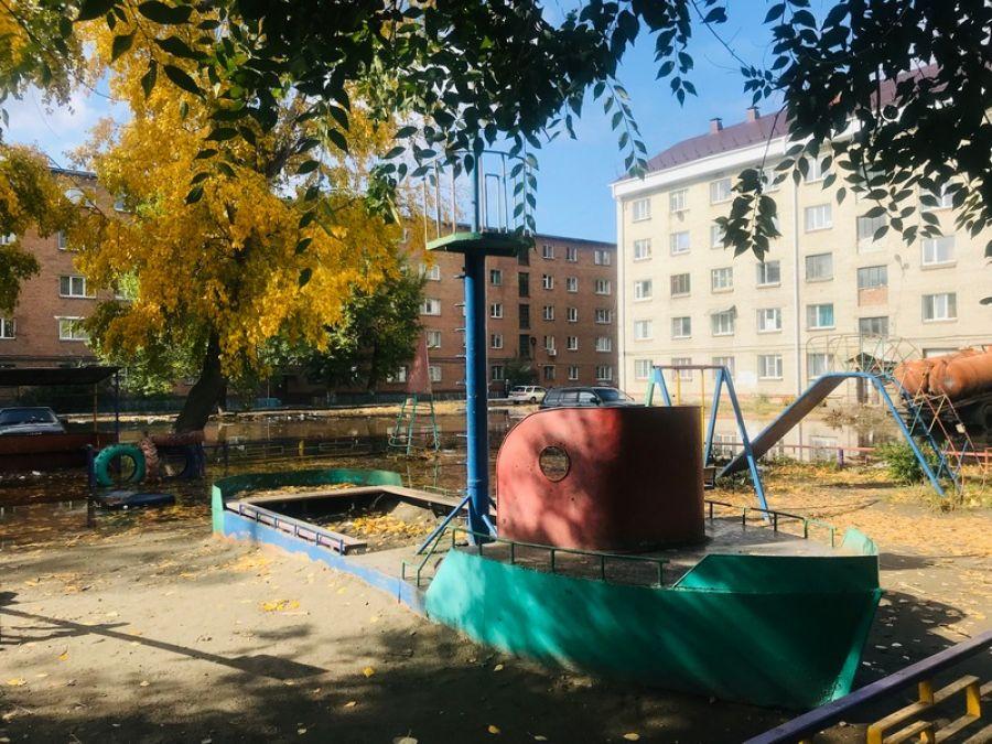 Не надо слов и паники: в Бийске несколько дворов тонут в воде и мусоре