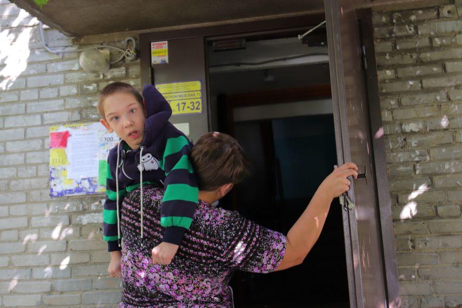 Носите на здоровье: в Бийске в доме, где живет ребенок-инвалид не делают пандус