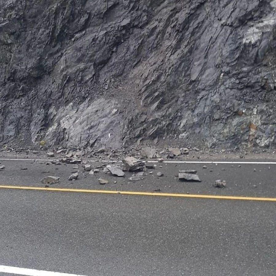 На Чуйском тракте камнепад повредил автомобиль одной из служб такси