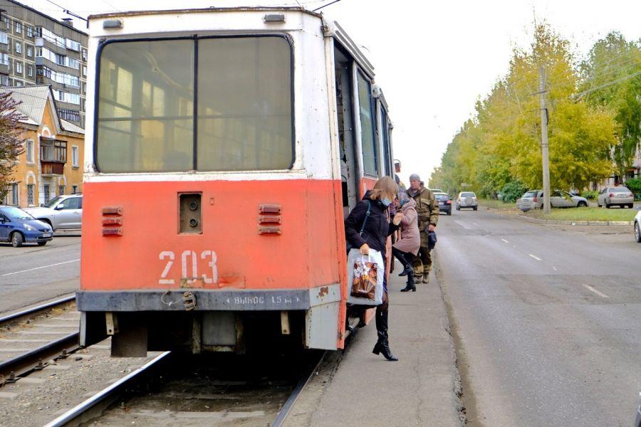 Я жду трамвая: в Бийске пассажиры жалуются на небезопасные платформы