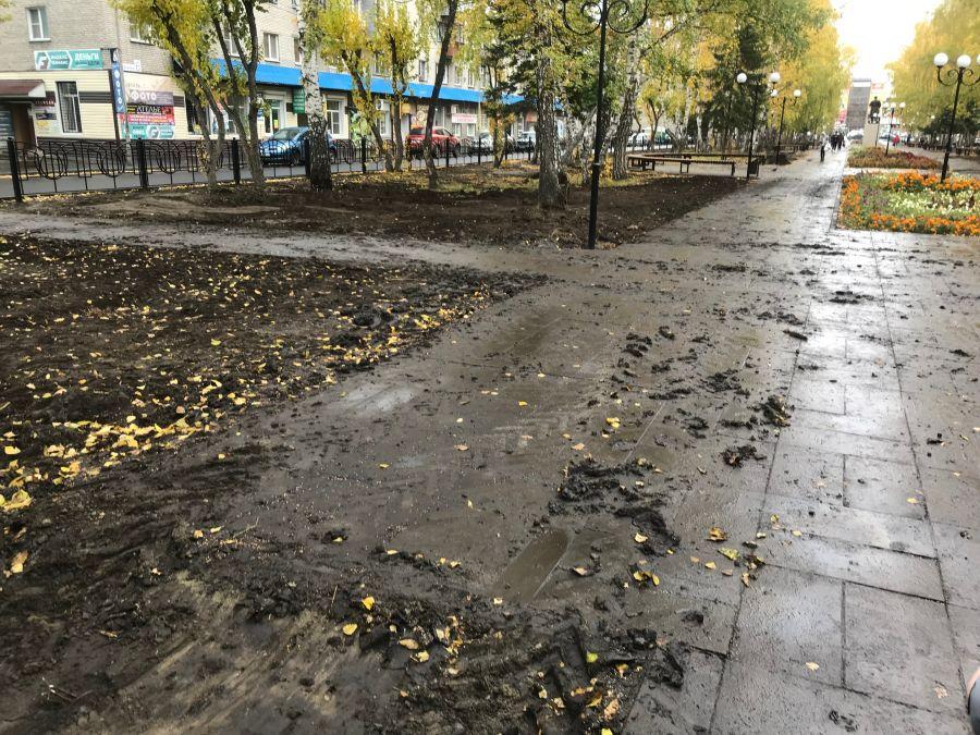 Земля для будущего газона оказалась еще и на тротуаре