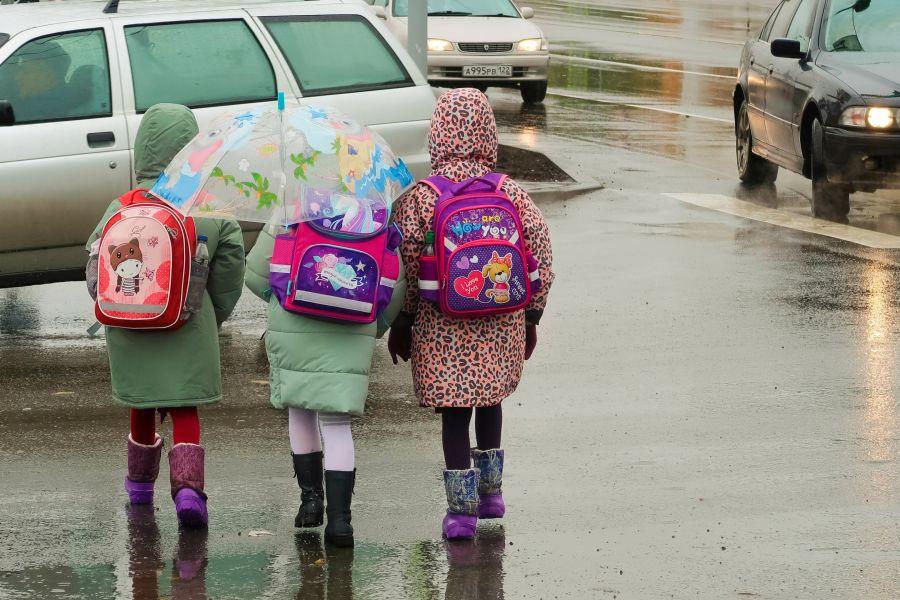 Дети часто не задумываясь, топают по лужам, в результате чего сидят в школе с мокрыми ногами.